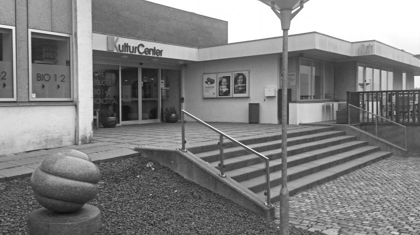 Hovedindgangen til Hadsund KulturCenter og Hadsund Bibliotek