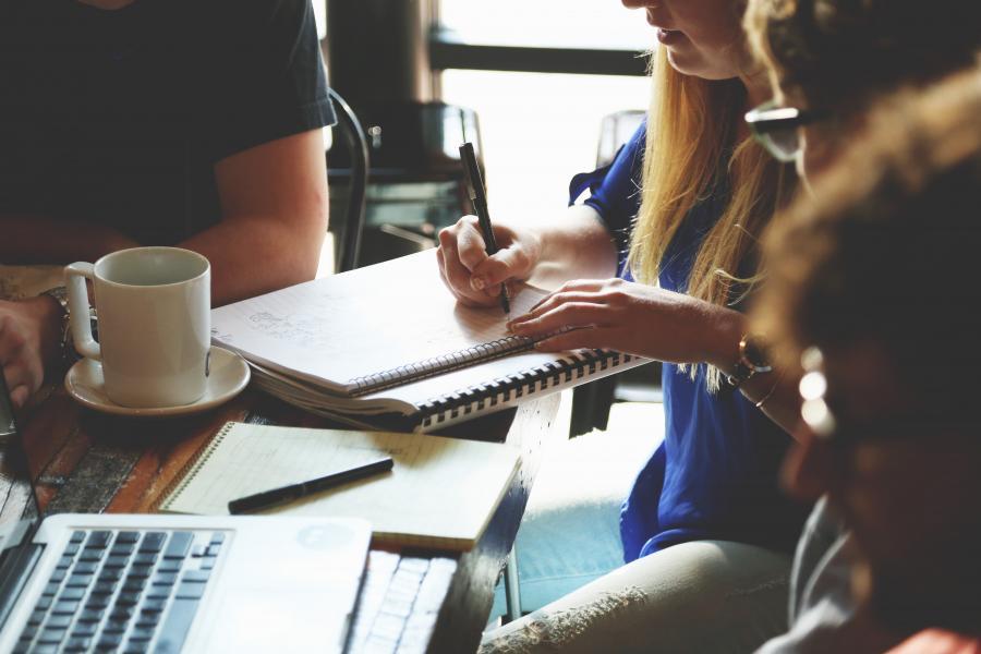 Mennesker samlet om et bord med papirer